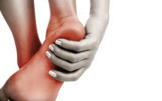 Почему при месячных болят ноги